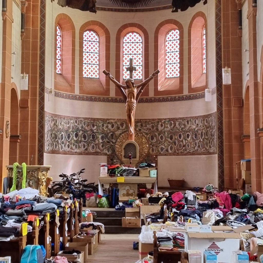 Hilfsmittel-Lager in der Kirche von Mayschloß