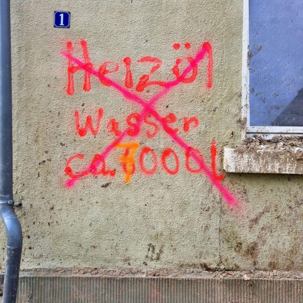 Kennzeichnungen an einem beschädigten Haus in MayschloßH